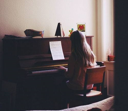 piano-girl-play